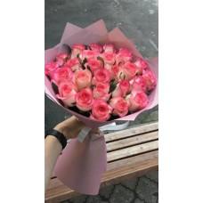 Букет из 25 роз Джумилия с упаковкой 60см